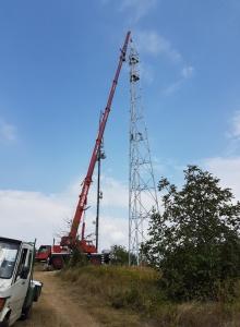 Вдигане на телекомуникационна антена, 45м.с автокран LTM 1055-3.1 (снимка)