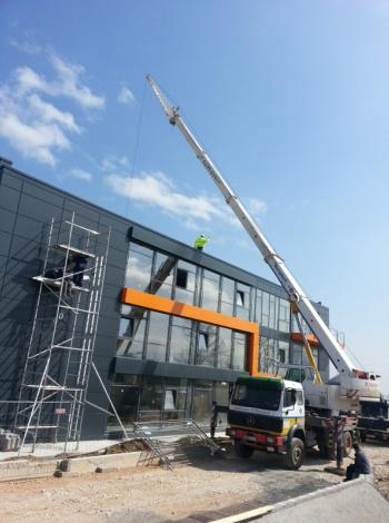 Монтаж на покривка конструкция на административно-производствена сграда