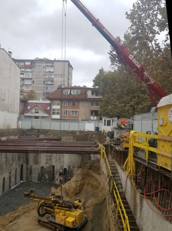Метростанция София: Спускане на багер в изкоп