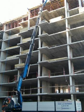 Качване на строителни материали на ет. 8 с камион Volvo с кранова уредба