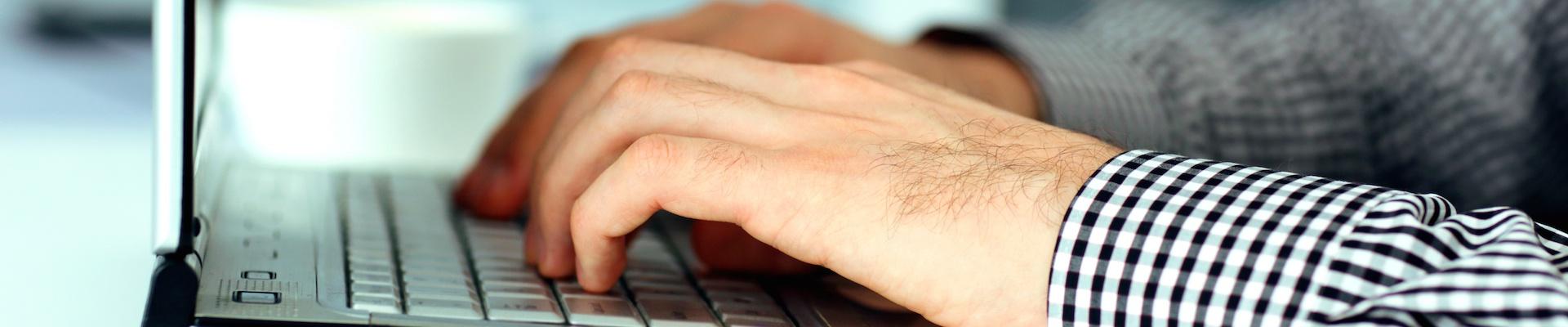 Снимка на ръце върху клавиатура